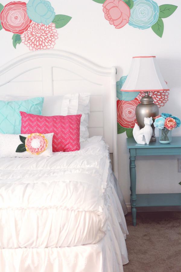 http://kikicomin.com/wp-content/uploads/2015/08/Girls-Room-Makeover.-LOVE-this-Beddys-Bedding-Cute.-e1440139434577.jpg