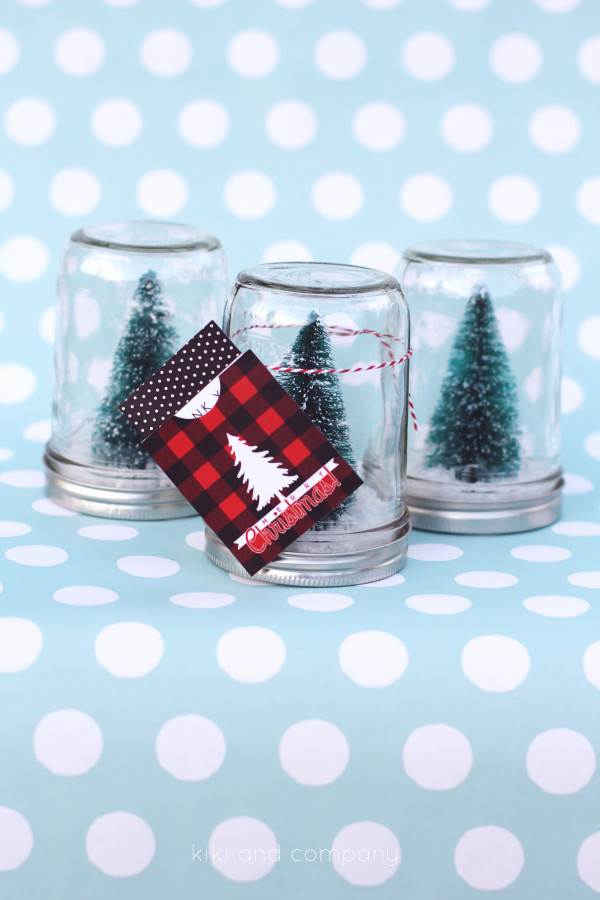 Handmade Christmas Gift Ideas - Loving this adorable DIY Snow Globe Tutorial and the tag printable. Perfect for Christmas Gifts or to decorate for the holidays. PIN IT NOW and make it later!